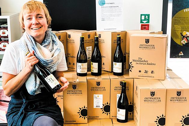 Anna präsentiert den Ortenauer Wein