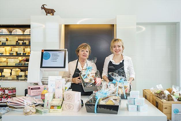 Anna und Rosi präsentieren einen Geschenkkorb