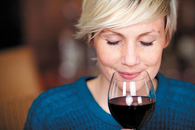 Eine Frau genießt ihren Rotwein