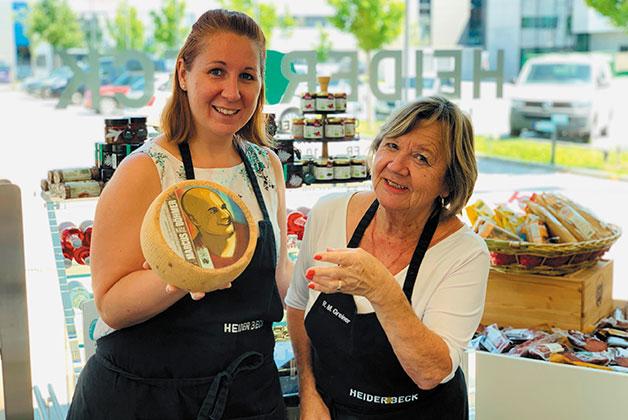 Mercedes und Rosi präsentieren den Marcus Böhmer Käse