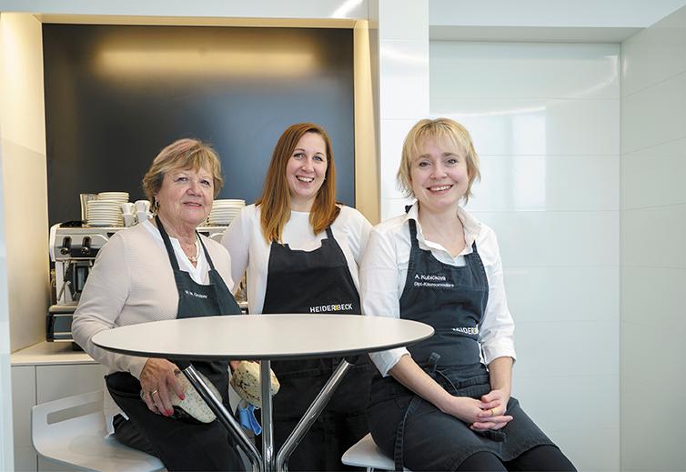 Die drei Damen vom Outlet posieren am Tisch