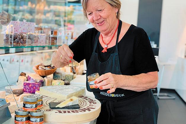 Rosi beträufelt den Brie Käse mit Trüffelhonig