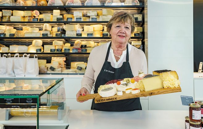 Rosi hält eine Käseplatte in der Hand