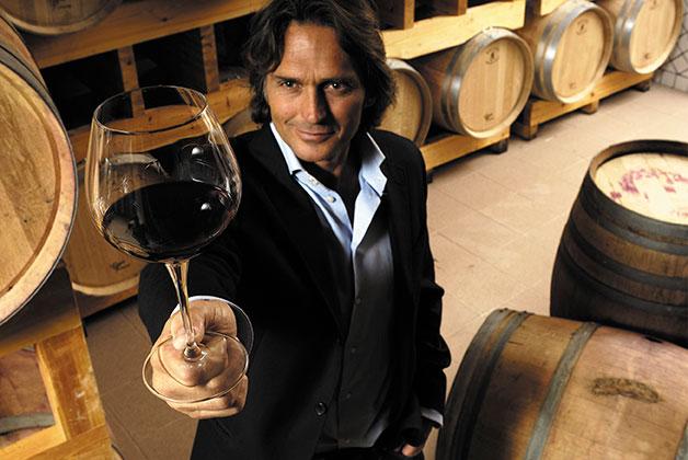 Bild eines Weinkenners mit einem Glas Rotwein