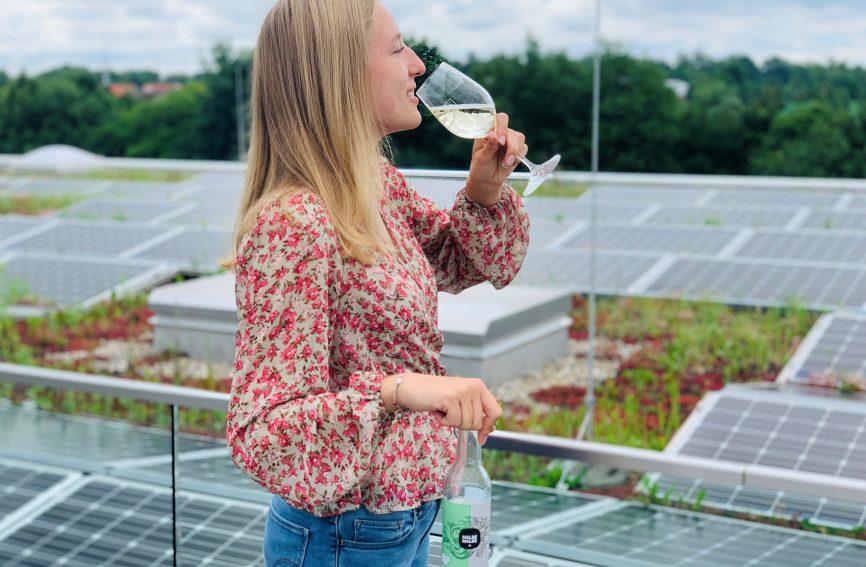 Ayleen mit der Halb Halb Weinschorle