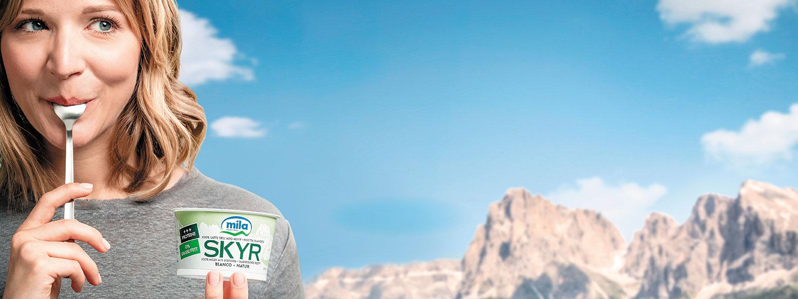 Eine Frau isst Skyr Natur in Südtirol