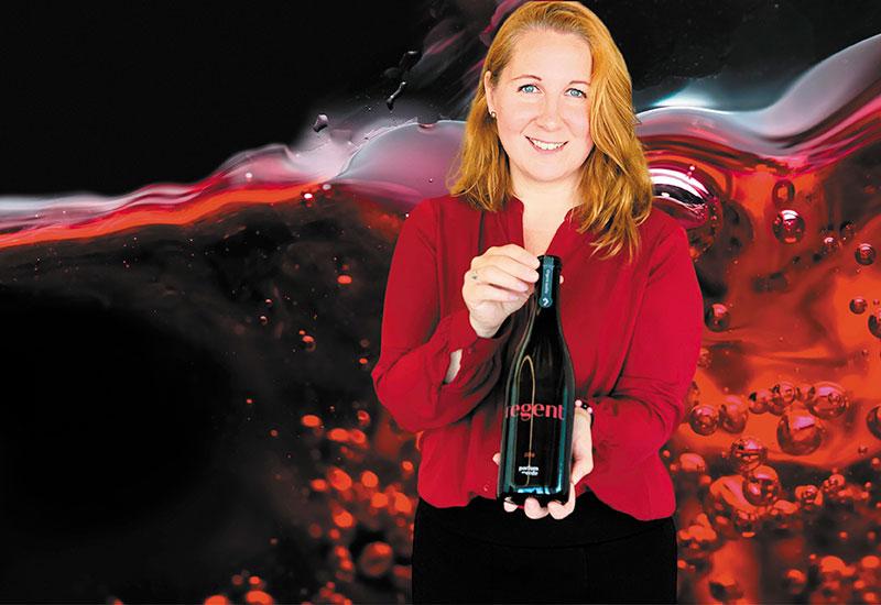 Mercedes vor einem Weinbild mit dem Rotwein Parfum der Erde